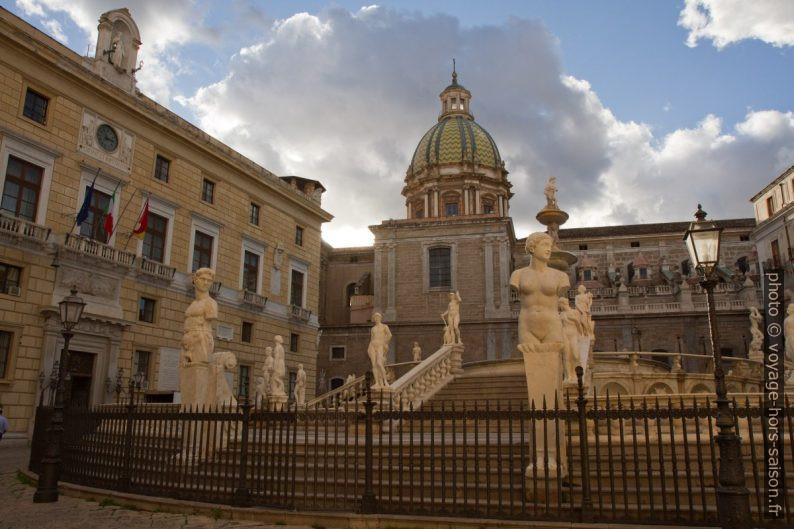 Fontaine de la Piazza Pretoria et l'église Santa Caterina. Photo © Alex Medwedeff