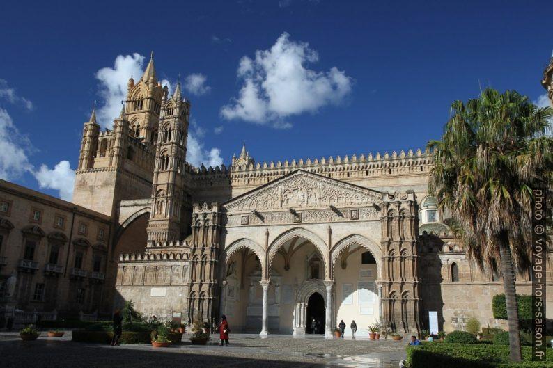 Porche gothique catalan de la Cathédrale de Palerme. Photo © Alex Medwedeff