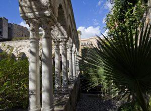 Colonnes couplées du cloître de l'église Saint-Jean des Ermites. Photo © André M. Winter