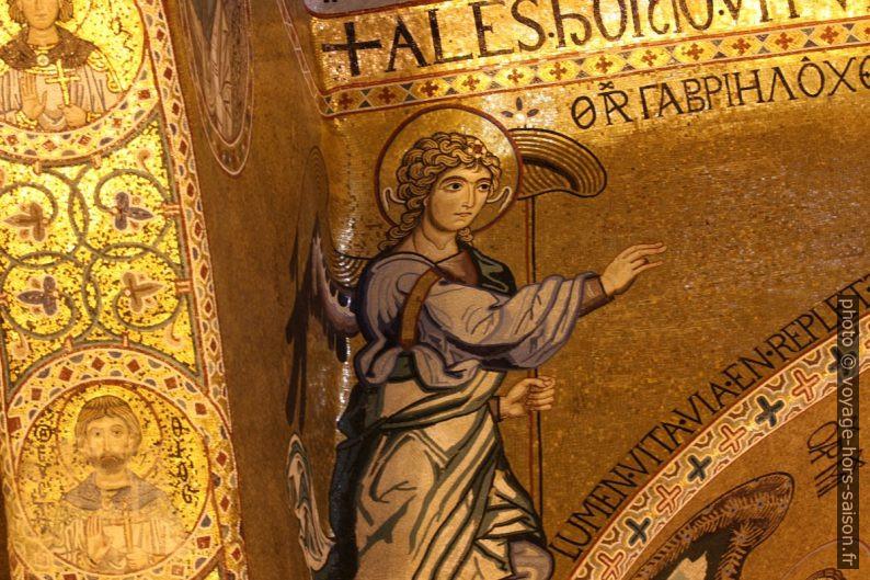 Un archange sur la voûte avant le chœur de la Chapelle Palatine. Photo © André M. Winter