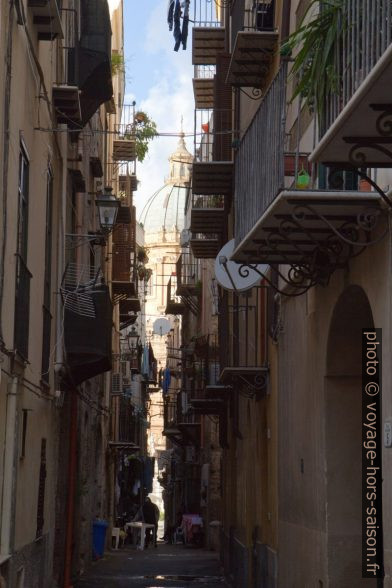 Ruelle étroite dans la vieille-ville de Palerme. Photo © Alex Medwedeff