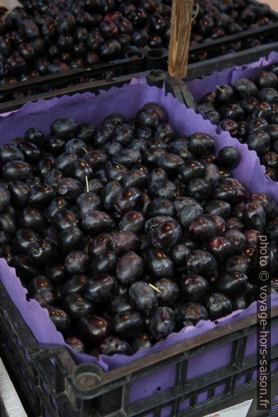 Olives fraîches sur le marché de Ballaro à Palermo. Photo © Alex Medwedeff