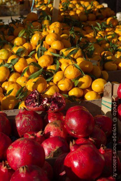 Mandarines et grenades sur le marché de Ballarò à Palermo. Photo © Alex Medwedeff