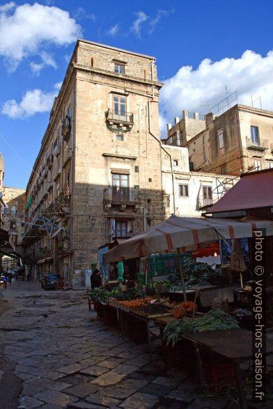 Stands du marché de Ballarò. Photo © Alex Medwedeff