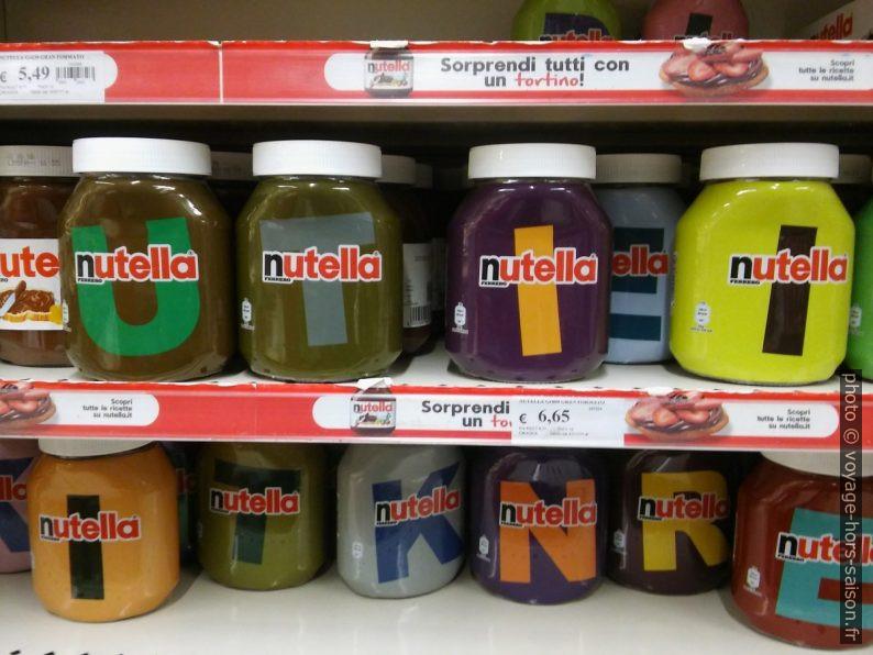 Pots de nutella aux couleurs et aux initiales très variées. Photo © André M. Winter