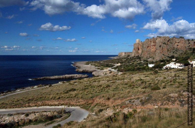 Côte ouest de Capo San Vito et le Torre Isolidda. Photo © André M. Winter