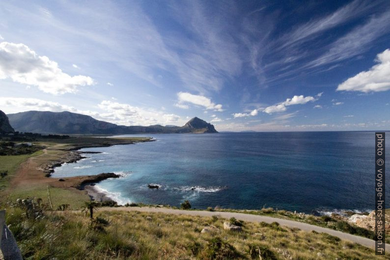 Monte Palatimone et Monte Cofano au fond du Golfo di Macani. Photo © André M. Winter