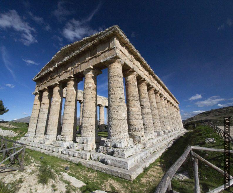 Temple de Ségeste au soubassement aux tenons de bardage non ravalés. Photo © André M. Winter