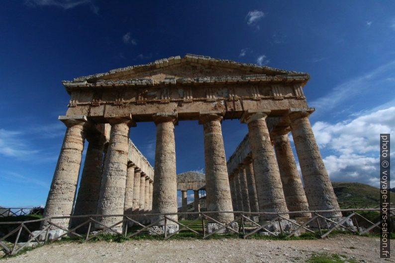 Face ouest du temple de Segesta. Photo © André M. Winter