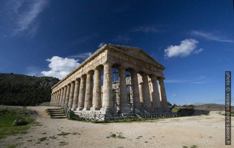 Le temple de Ségeste avec ses colonnes non cannelées. Photo © Alex Medwedeff