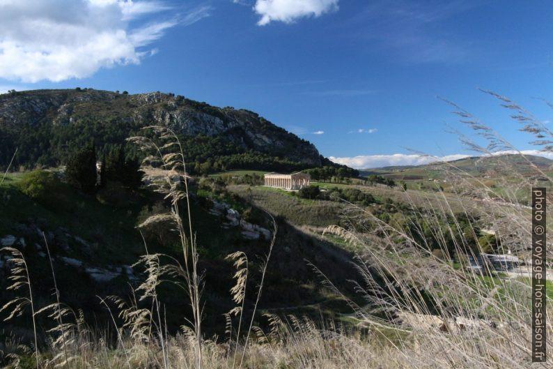 Temple de Segesta vu du chemin à pied vers le théâtre. Photo © André M. Winter