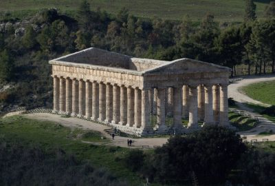 Temple de Segesta vu de plus haut. Photo © André M. Winter