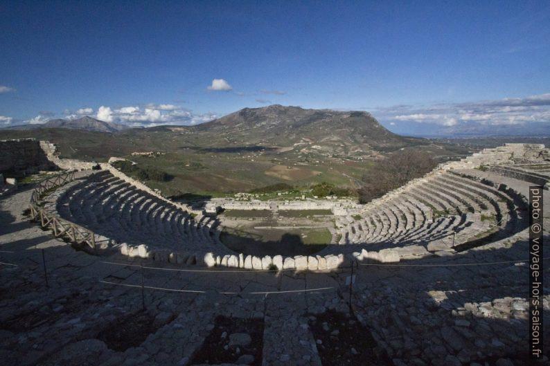 Théâtre de Segesta et le Monte Inici. Photo © André M. Winter