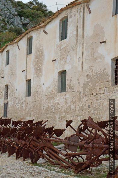 Ancres de madragues à l'extérieur de la Tonnara di Scopello. Photo © Alex Medwedeff