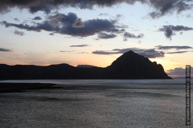 Le Monte Cofano au fond du Golfo di Macani. Photo © Alex Medwedeff