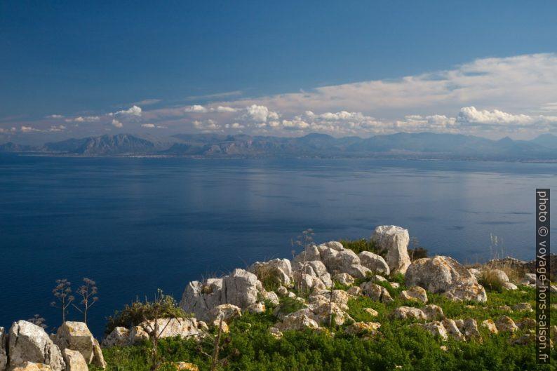Rochers du sommet du Monte Monaco et le Golfe de Castellammare. Photo © Alex Medwedeff
