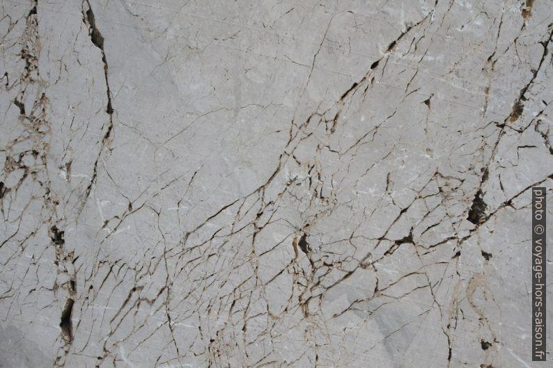 Fissures dans le marbre de la carrière délaissée du Monte Monaco. Photo © Alex Medwedeff