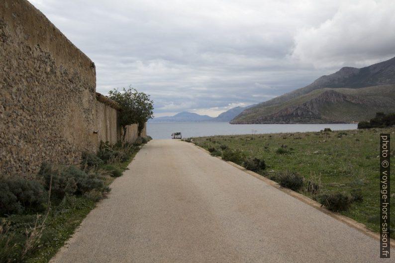 Route d'accès à la mer à côté de la Tonnara del Secco. Photo © André M. Winter