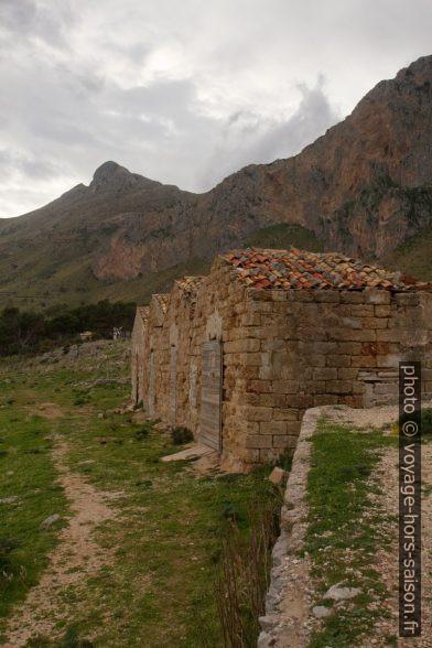 Petites cabanes à l'écart de Tonnara del Secco. Photo © Alex Medwedeff