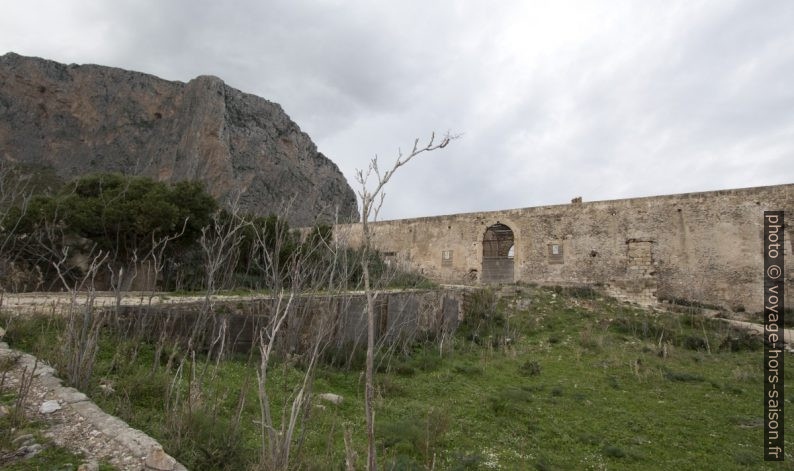 Portail de la Tonnara del Secco en ruine. Photo © André M. Winter