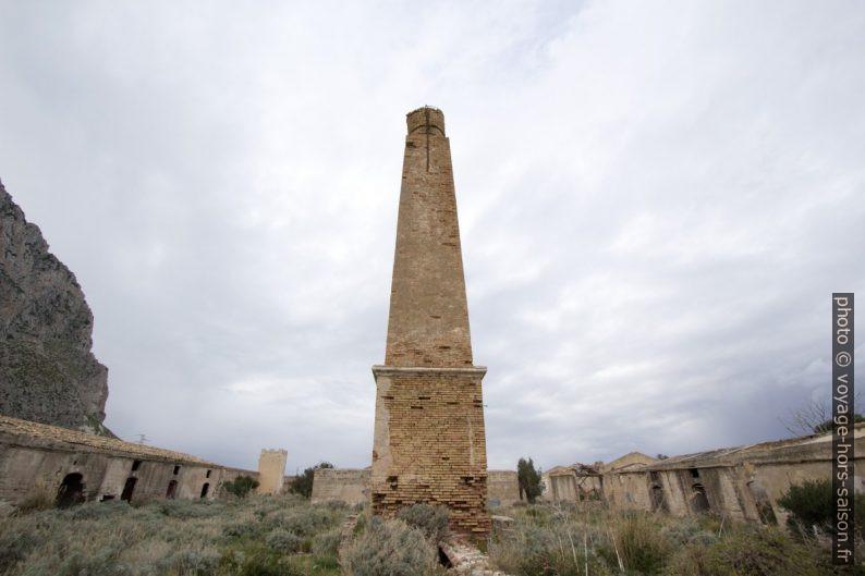 La cheminée seule dans la cour de la Tonnara del Secco. Photo © André M. Winter