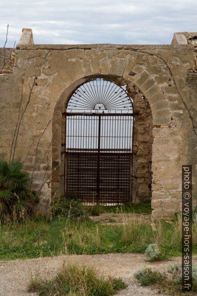 Portail de la Tonnara del Secco vu de l'intérieur. Photo © Alex Medwedeff