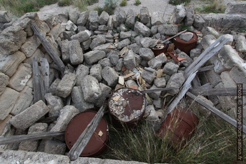 Barils et débris divers laissés dans la Tonnara del Secco. Photo © André M. Winter