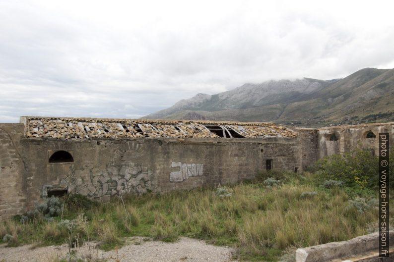 Hangars en ruine de la Tonnara del Secco. Photo © André M. Winter
