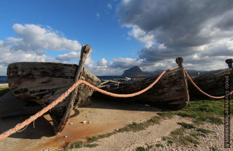 Proues d'anciennes barques de pêche au thon. Photo © André M. Winter