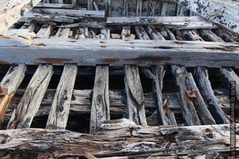Ossature d'une ancienne barque de pêche au thon. Photo © André M. Winter