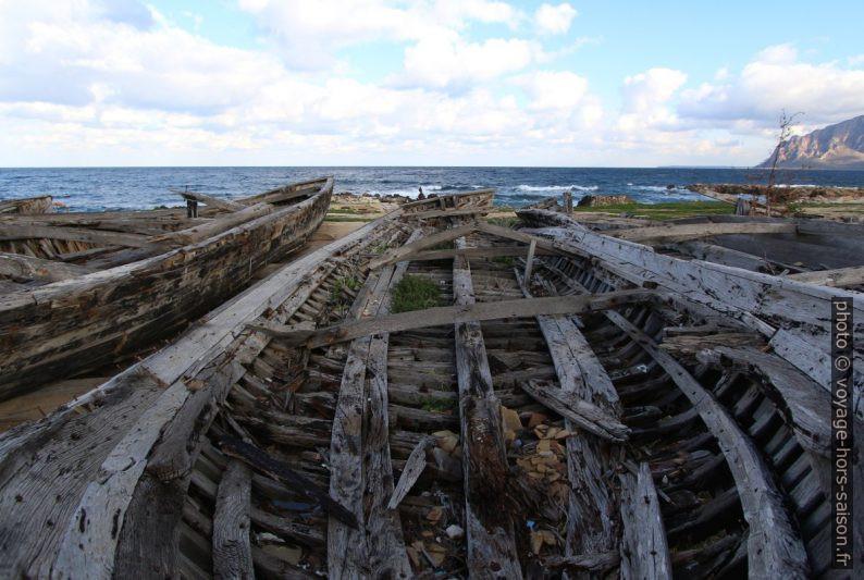 Ancienne barque de pêche au thon éventrée. Photo © André M. Winter