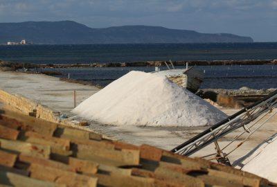 Tas de sel récolté dans la Saline de Nubia. Photo © André M. Winter