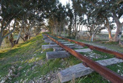 Ballast érodé sous les rails de la ligne délaissée de Castelvetrano à Porto Empedocle. Photo © André M. Winter