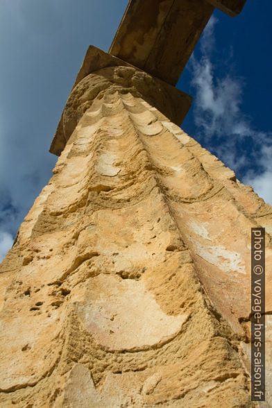 Restes de stuc sur les colonnes du Temple E de Sélinonte. Photo © Alex Medwedeff
