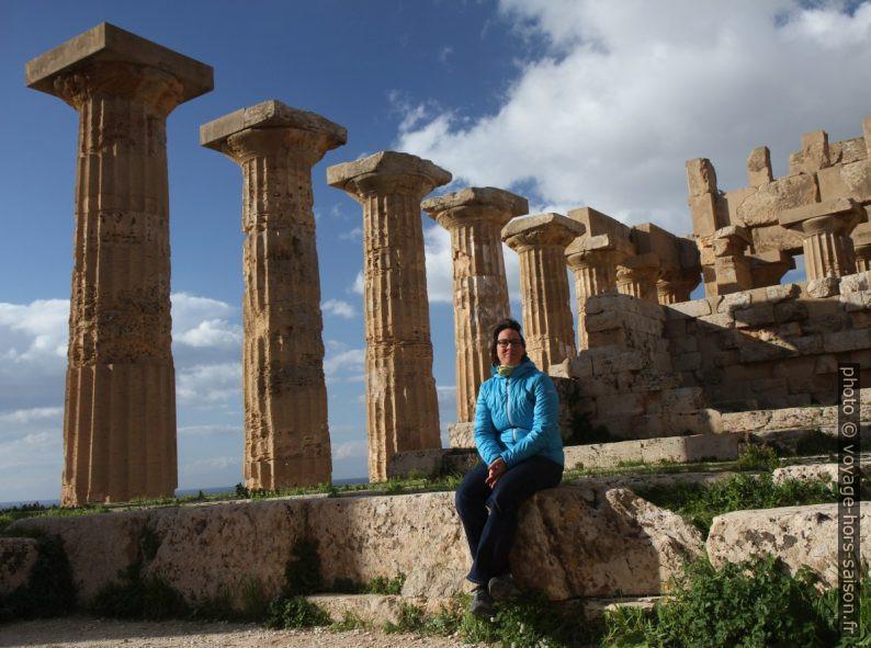 Alex assise à l'intérieur du Temple E de Selinunte. Photo © André M. Winter