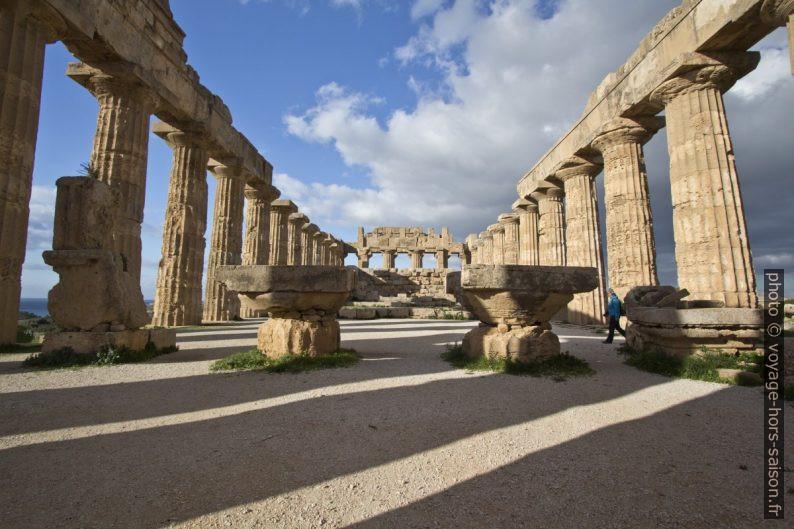 L'intérieur du Temple E de Selinunte incluant le pronaos. Photo © André M. Winter