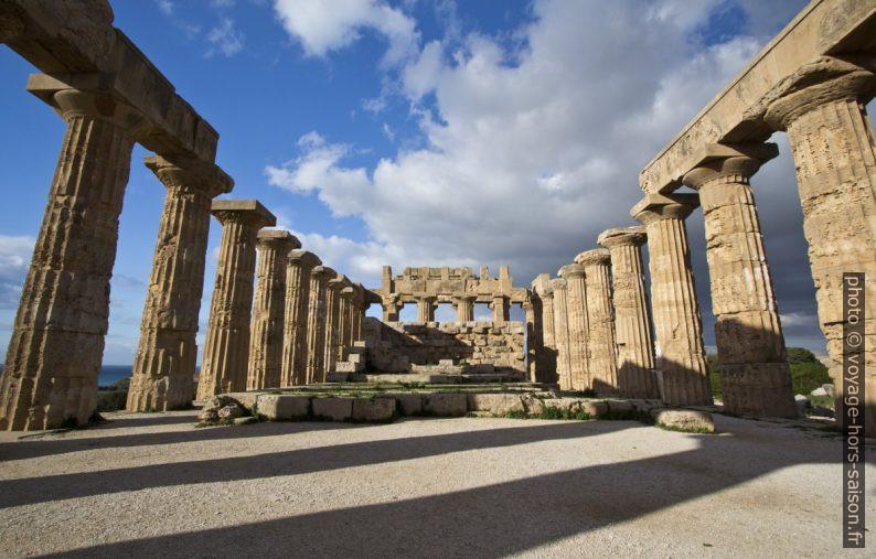 L'intérieur du Temple E de Selinunte incluant le mur de l'adyton. Photo © André M. Winter
