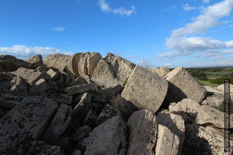 Débris de colonnes non cannelées du Temple G de Selinunte. Photo © André M. Winter