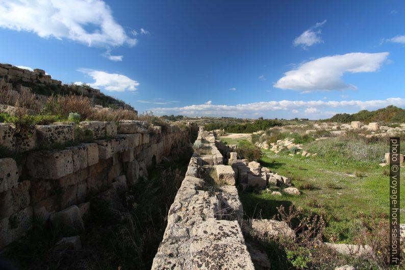Restes de la galerie couverte de défense au nord de la cité de Selinunte. Photo © André M. Winter