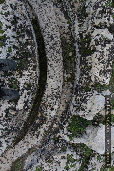 Rainures sur un tracé circulaire pour extraire les tambours de colonnes à Cusa. Photo © André M. Winter