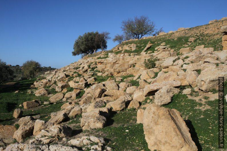 Remparts grecs au sud de de la zone archéologique d'Agrigente. Photo © Alex Medwedeff