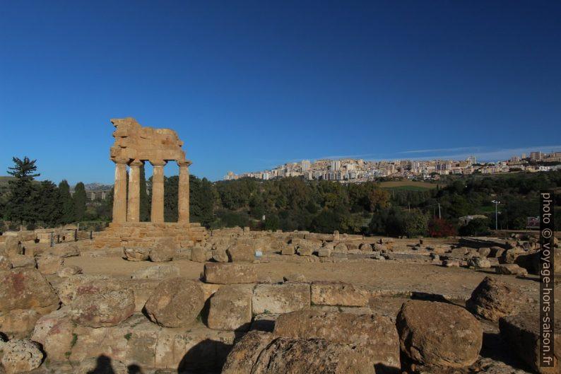 Temple de Castor et Pollux et ville d'Agrigento au fond. Photo © André M. Winter