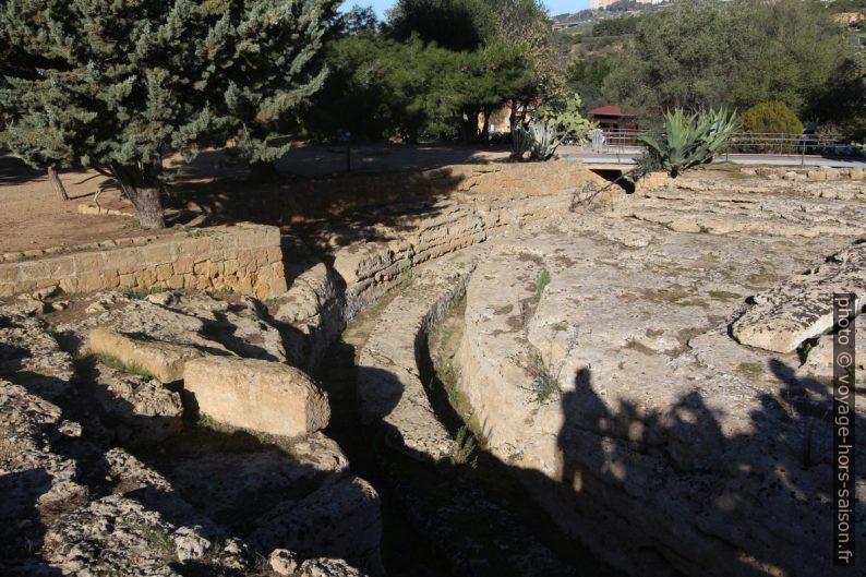 Une partie de la conduite d'eau près du Temple d'Héraclès. Photo © André M. Winter