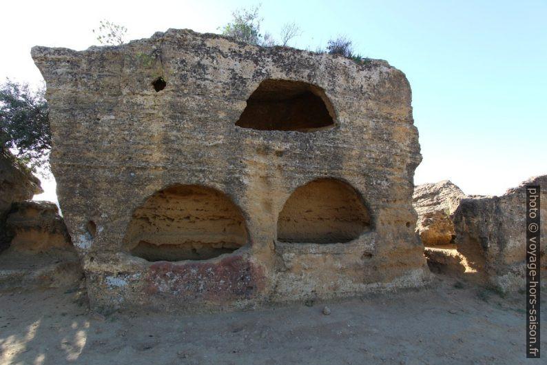 Rocher troué pour des tombes paléochrétiennes. Photo © André M. Winter