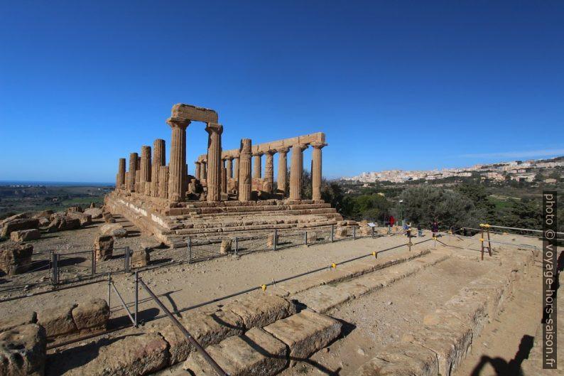 Temple d'Héra vu de son énorme autel. Photo © André M. Winter