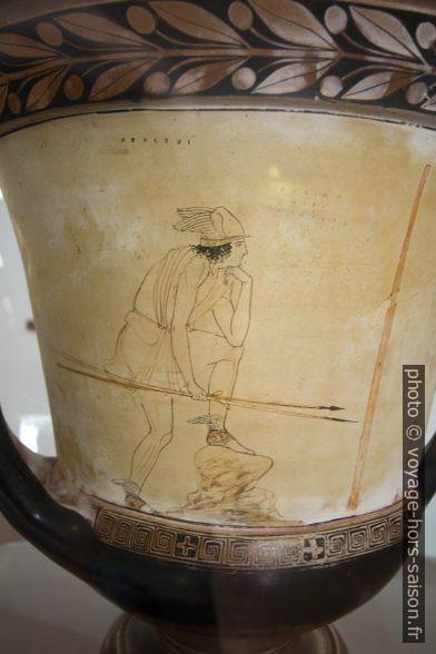 Décor d'un vase grec montrant Hermès agenouillé. Photo © André M. Winter