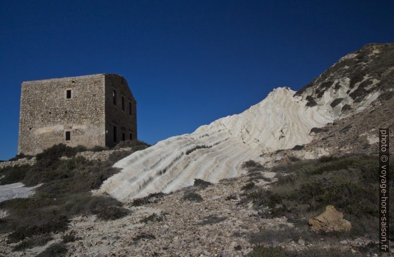 Ruine et rochers blancs de la Punta Bianca. Photo © André M. Winter