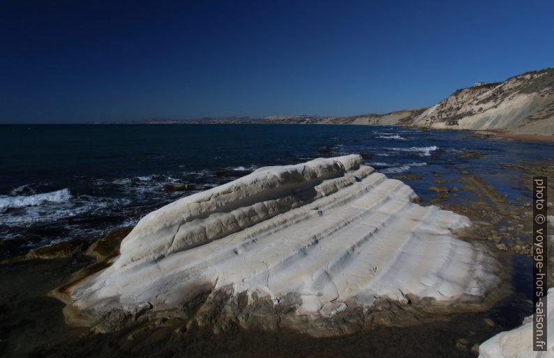 Îlot de marne érodée sur la côte de la Punta Bianca. Photo © André M. Winter