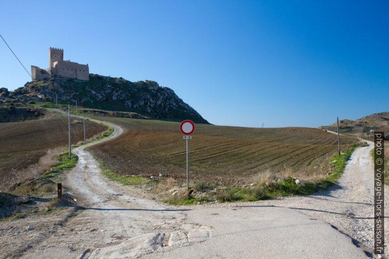 Routes sous le Castello di Montechiaro. Photo © Alex Medwedeff