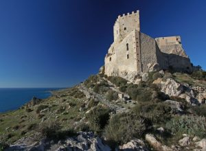 Le Castello di Montechiaro trône au-dessus de la mer. Photo © André M. Winter